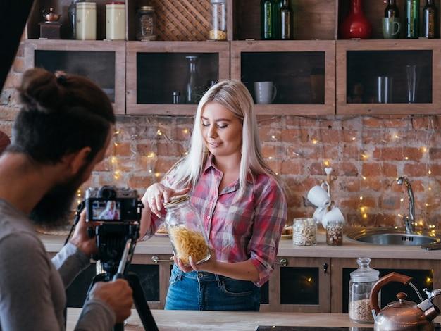 요리 블로그. 영양 가이드. 커플 비즈니스와 라이프 스타일. 파스타 탄수화물에 대한 남자와 여자 촬영 튜토리얼.