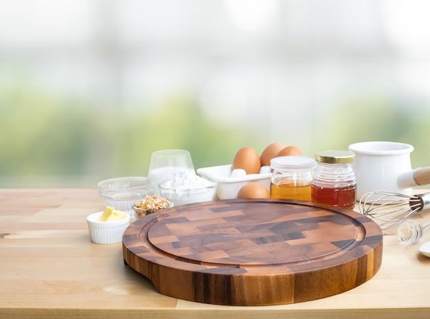 Приготовление еды для завтрака или выпечки с ингредиентами и копией разделочной доски