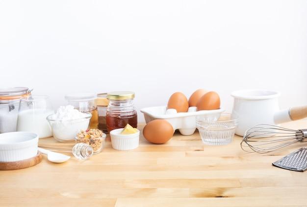 材料とテーブルのコピースペースで朝食用食品またはパン屋を調理する