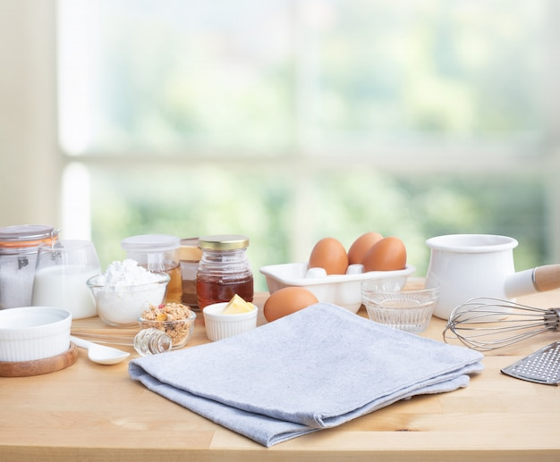 Приготовление еды для завтрака или выпечки с ингредиентами и копией пространства