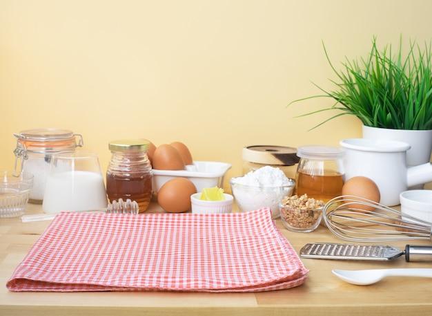 Приготовление еды для завтрака или выпечки с ингредиентами