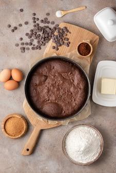Приготовление пирожного, шоколадного торта в отрывной круглой форме. вид сверху, рецепт, ингредиенты.