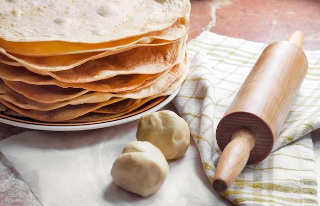 Приготовление торта наполеон - запеченные коржи, сырое тесто и скалка