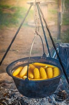 Приготовление кемпинга с кукурузными початками