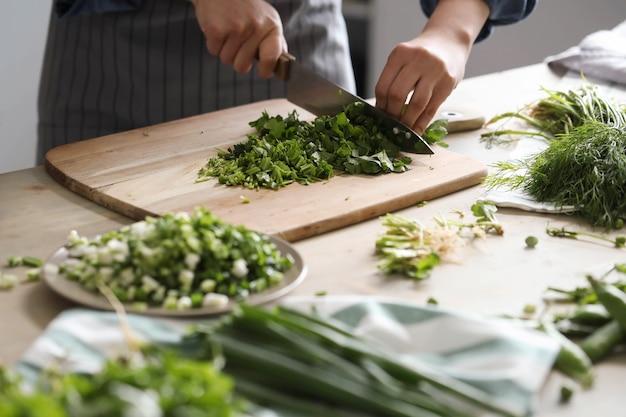 料理。シェフがキッチンで野菜を切る