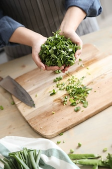 Готовка. шеф-повар режет зелень на кухне