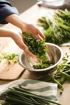 조리. 요리사는 부엌에서 채소를 절단