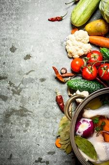 大きなポトンストーンテーブルで野菜とチキンスープを調理します。