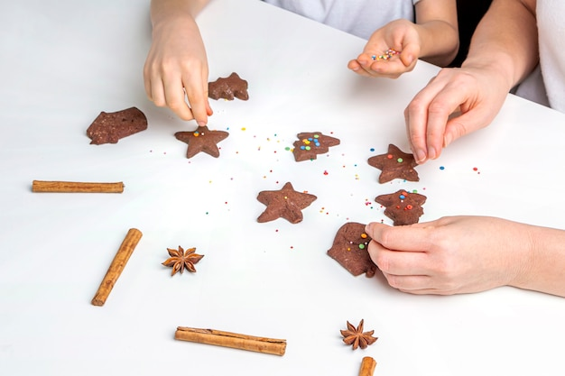 크리스마스와 새해 초콜릿 쿠키 또는 진저 요리. 전통적인 축제 베이킹, 아이들과 함께 굽습니다. 13 단계 구운 진저 브레드를 여러 가지 색의 달콤한 뿌리로 장식하십시오.