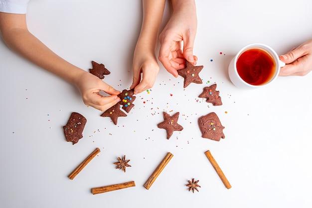 크리스마스와 새해 초콜릿 쿠키 또는 진저 요리.