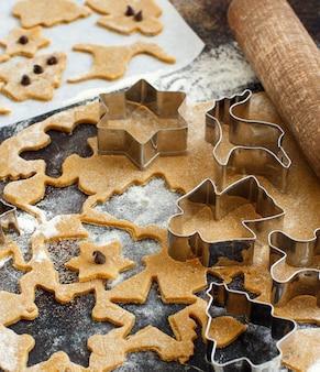 クッキーカッターでクリスマスクッキーを調理する