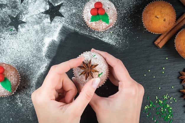 Приготовление рождественских кексов и украшение их звездочкой аниса