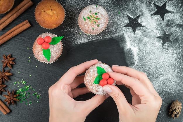 Приготовление рождественских кексов и украшение их омелой