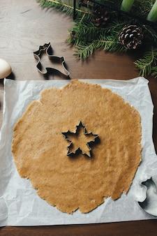キッチンでクリスマスジンジャーブレッドクッキーを調理します。高品質の写真