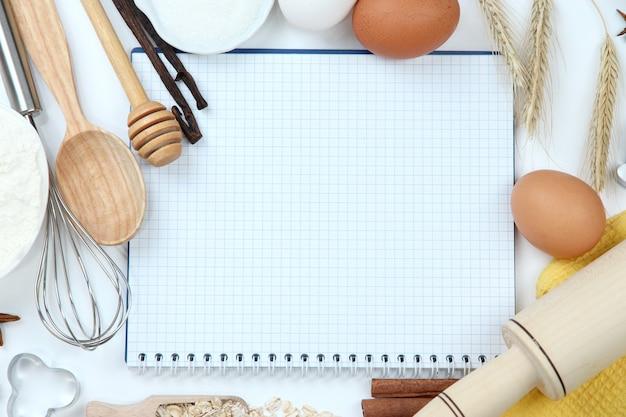 料理のコンセプト。基本的なベーキング材料とキッチンツールをクローズアップ