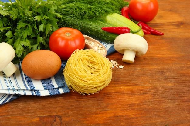 Концепция приготовления пищи. продовольственные товары на деревянном столе