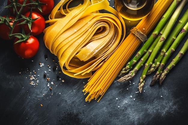 Concetto di cucina con ingredienti per cucinare