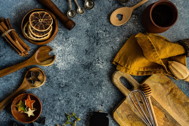 コピースペースと石の背景にキッチンツールを使った料理のコンセプト