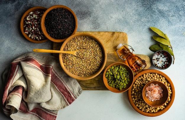 Концепция приготовления с сырыми ингредиентами и специями