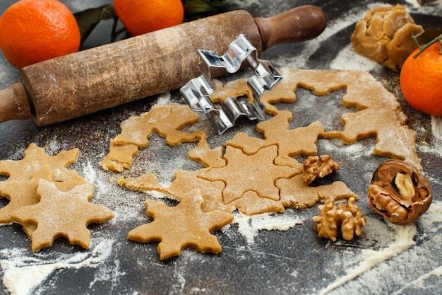 クッキーカッターとみかんを使ったクッキーの調理