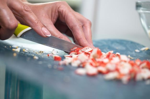Готовим крабовый салат с кукурузой на кухне