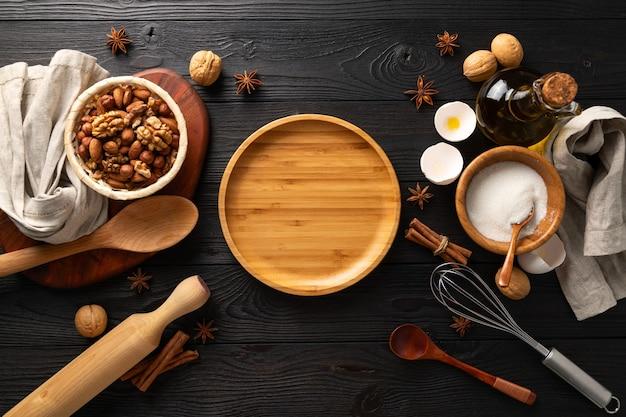 Готовим вкусные булочки с творогом на завтрак, ингредиенты на деревянном фоне, плоская планировка