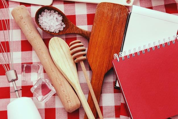 Attrezzatura da cucina sul bancone della cucina