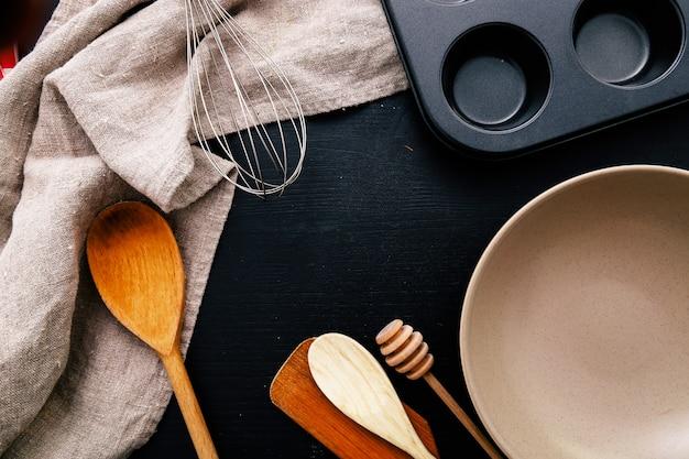 부엌 카운터에 요리 장비