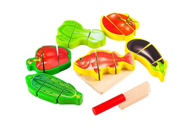 魚を調理します。野菜、魚、ナイフ、まな板のセットです。教育玩具モンテッソーリと。白色の背景。閉じる。