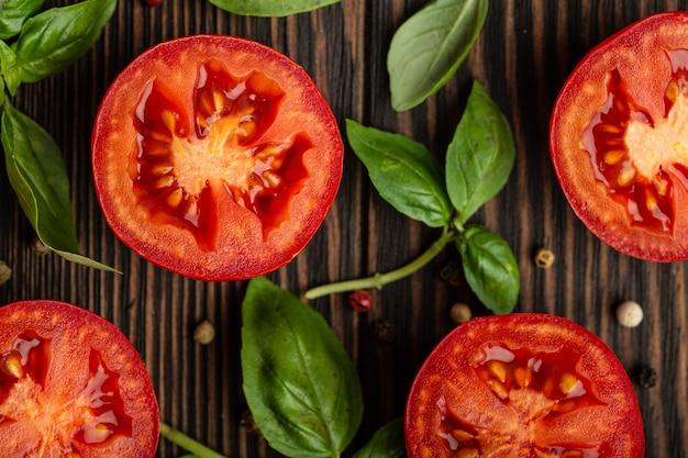 요리 음식 재료 배경 개념, 패턴입니다. 나무 소박한 배경, 근접 촬영, 위쪽 전망에 신선한 빨간 토마토와 녹색 바질 잎을 잘라