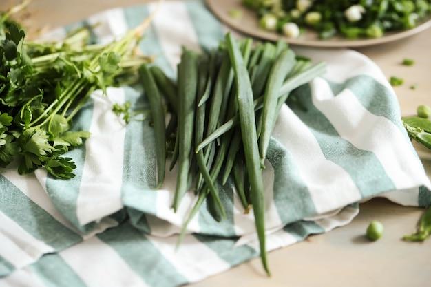 料理。テーブルの上の新鮮な野菜