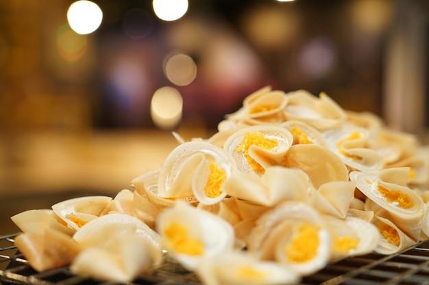 新鮮なタイのクリスピーパンケーキを調理しています。、バンコク、タイ。