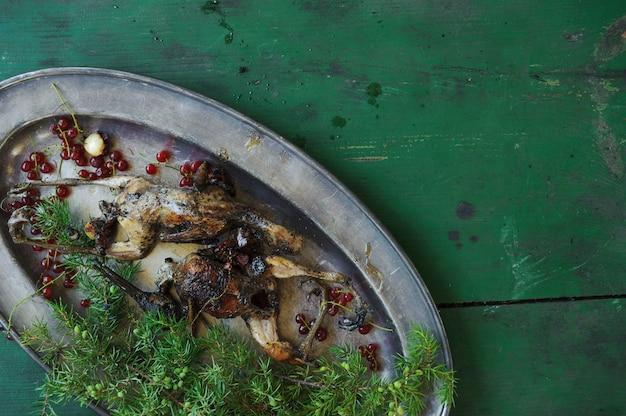 Приготовление жареного вальдшнепа или бекаса в масле с красной смородиной.