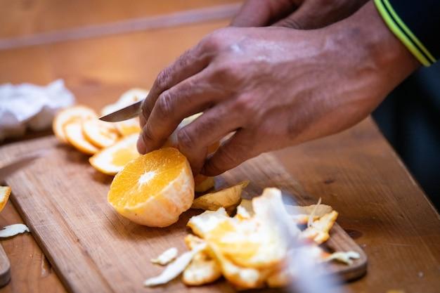 Готовлю фрукты дома на кухне