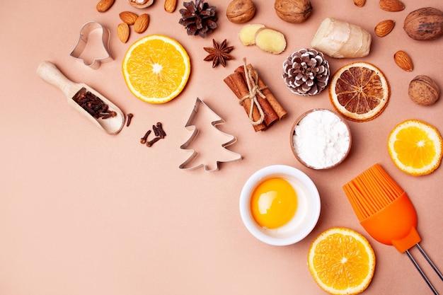 桃の背景にジンジャーブレッドのクリスマスクッキーを調理する材料フラットレイスタイル