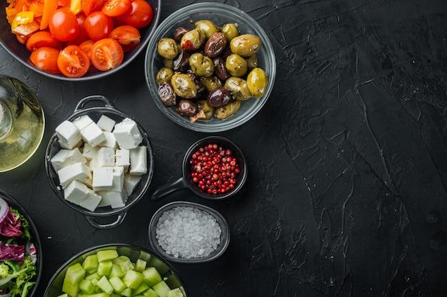 블랙 테이블에 그리스 샐러드 재료 요리, 평면도 평면 누워 복사 공간