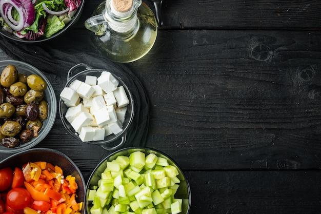 텍스트 복사 공간이 있는 검은색 나무 테이블 배경에 그리스 샐러드 재료 요리