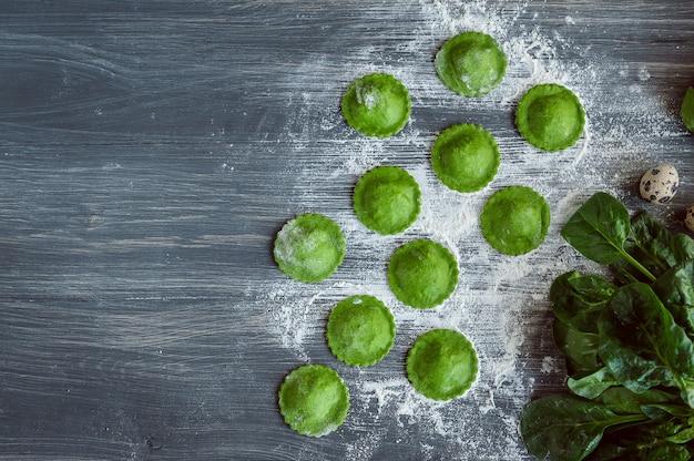 緑のラビオリを調理する