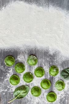 緑のラビオリを調理する Premium写真