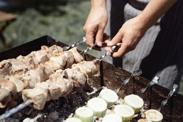 금속 꼬치에 구운 케밥 요리, 신선한 고기. 바베큐 불고기