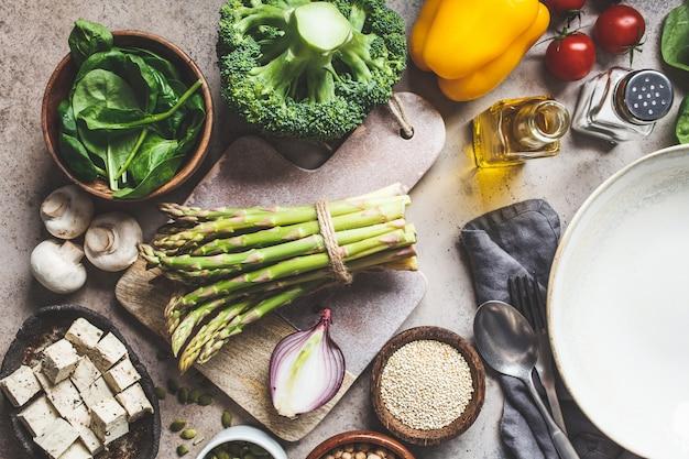 健康的なビーガンフードを調理します。豆腐とキノアの野菜サラダの材料。