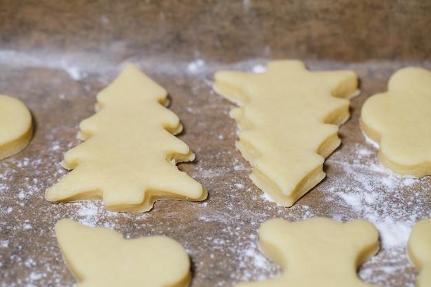 生地とは異なる形の自家製のおいしいクッキーを調理する