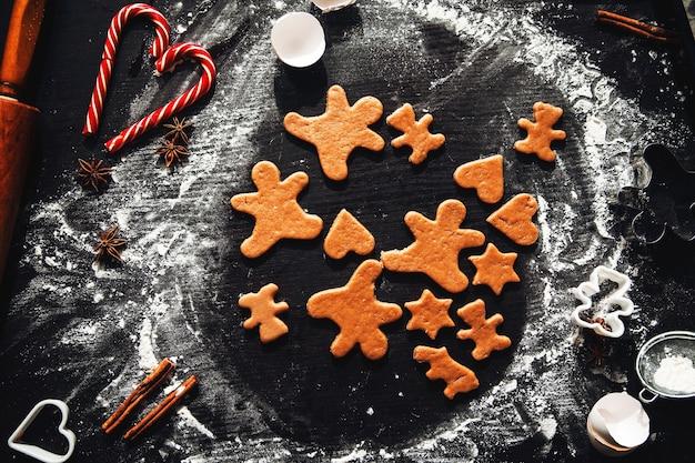 Готовим домашние пряники. традиционная домашняя рождественская выпечка. приготовление домашних пряников. праздничная атмосфера, домашняя кухня.