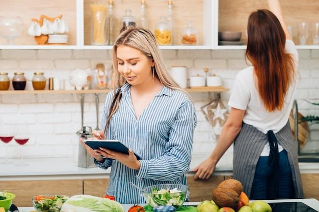 주부 요리. 건강한 요리법. 음식 튜터와 함께 다이어트. 여성 유기 영양에 메모를 만들고 웃 고.