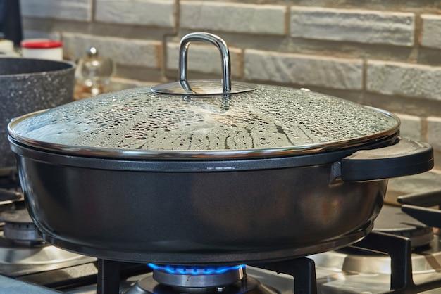 インターネットからのレシピに従って金属鍋で調理する。