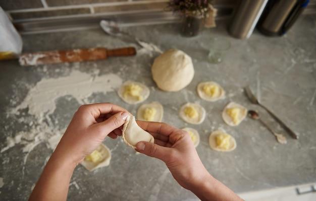 Готовим на кухне красивые вареники с картошкой. закрыть вверх