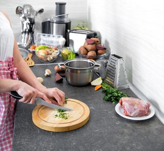 体の部分を備えたキッチンで調理