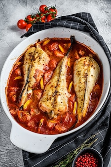 베이킹 접시에 토마토 monkfish 물고기 요리. 신선한 해산물