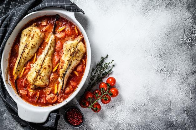 베이킹 접시에 토마토 monkfish 물고기 요리