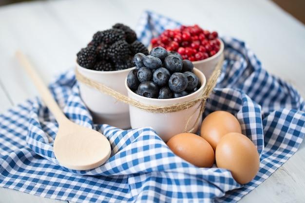 Приготовление еды. ингредиенты. выпечка со свежими ягодами.